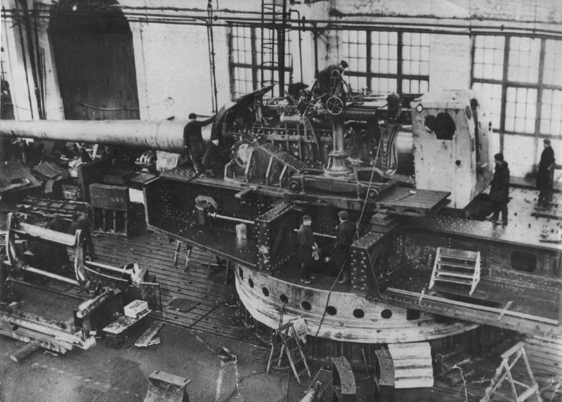 Советская корабельная 406-мм пушка Б-37 в одноствольной полигонной установке МП-10 в цехе №5 Новокраматорского машиностроительного завода