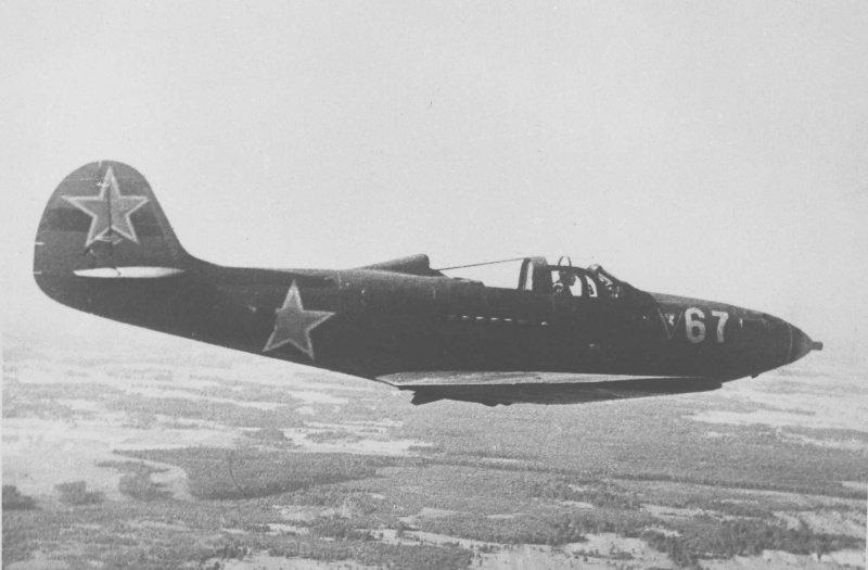 Советский истребитель американской постройки Р-39 «Аэрокобра» (Airacobra), поставлявшийся в СССР по программе ленд-лиза, в полете. 48 из 59 сбитых немецких самолетов Александр Покрышкин записал на свой боевой счет, летая на «Аэрокобрах».