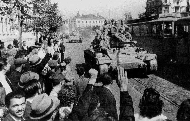 Ликующие жители Софии приветствуют советских солдат, вступающих в болгарскую столицу на танках «Валентайн» (Valentine), поставлявшихся в СССР по ленд-лизу