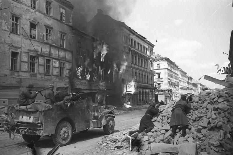 Советский бронетранспортёр-разведчик M3A1 Scout Car, поставлявшийся по ленд-лизу, в бою на улицах Вены, Австрия. Машина 1-го гвардейского механизированного корпуса 3-го Украинского фронта.