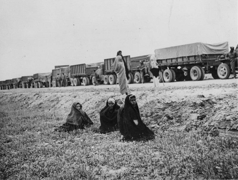 Колонна американских военных грузовиков, осуществляющих перевозки по ленд-лизу в СССР, стоит на дороге в восточном Иране