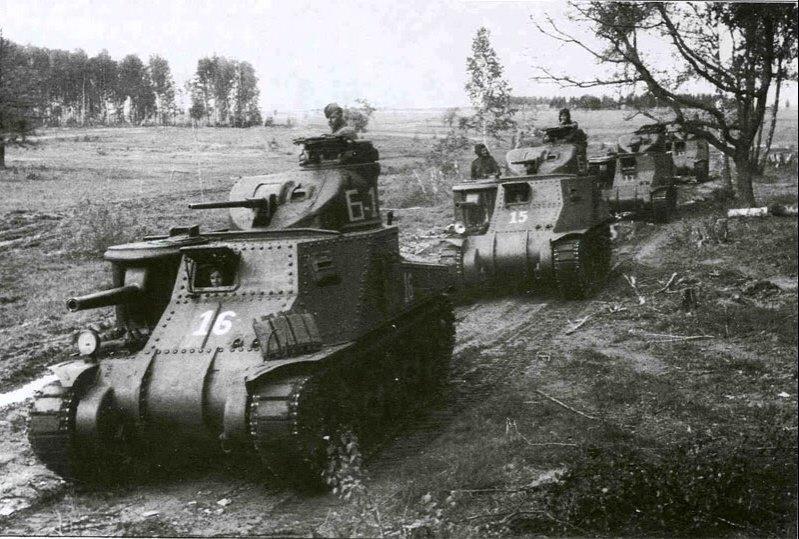 Рота американских танков М3с «Генерал Ли», поставлявшихся в СССР по ленд-лизу, выдвигается к переднему краю обороны советской 6-й гвардейской армии. Июль 1943 г.